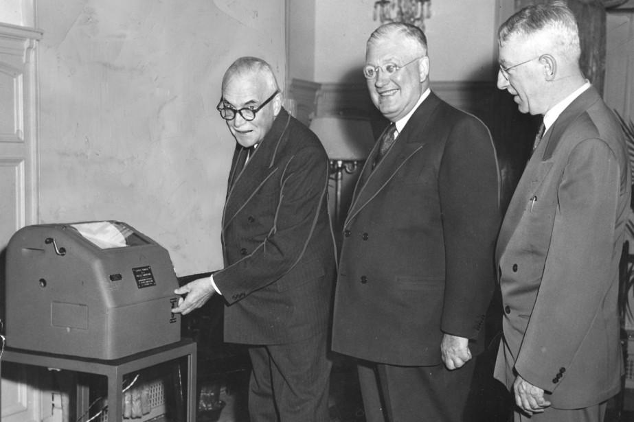 Le premier ministre Louis St. Laurent (à gauche)... (PHOTO ARCHIVES LA PRESSE CANADIENNE)
