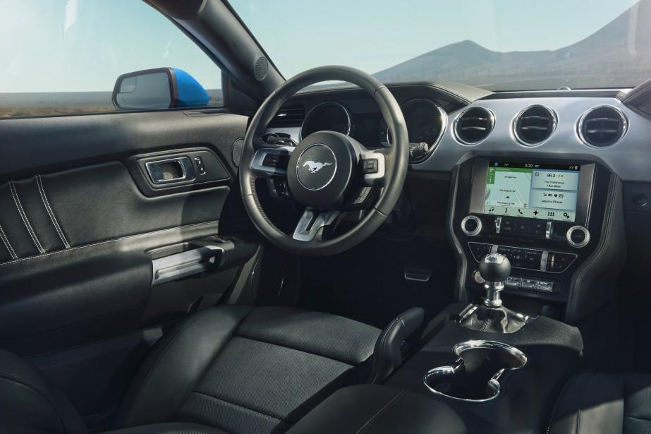 L'intérieur de la Mustang. ()