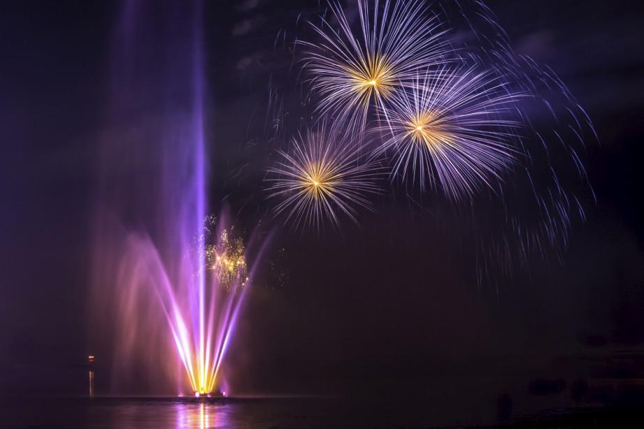 Le parc Daniel-Johnson est le lieu de rassemblement par excellence à Granby. En été, on s'y rend autant pour marcher, s'amuser, pique-niquer et assister à de grands spectacles en plein air que pour admirer les feux d'artifice au-dessus du lac Boivin. Comme celui-ci, qui clôturait le Festival international de la chanson de Granby le week-end dernier.  Isabel Authier, La Voix de l'Est  | 1 septembre 2017
