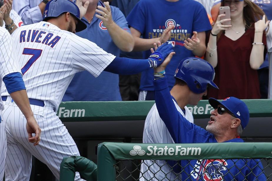 Rene Rivera reçoit les félicitations de son entraîneur,... (Photo Jim Young, AP)