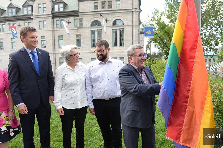 Le maire Régis Labeaume a hissé le drapeau... (PHOTO JEAN-MARIE VILLENEUVE, ARCHIVES LE SOLEIL)