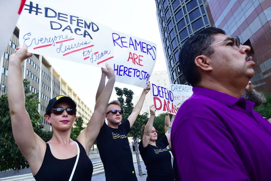 Des manifestants en faveur du maintien du programme... (PHOTO ARCHIVES AGENCE FRANCE-PRESSE)