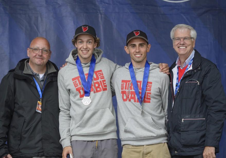 Christophe Proulx et Samuel Frigon, ici accompagnés par Yvon Laplante, président de la Classique, et Daniel McMahon, recteur à l'UQTR, ont terminé en deuxième position en C-2. (Éric Massicotte)