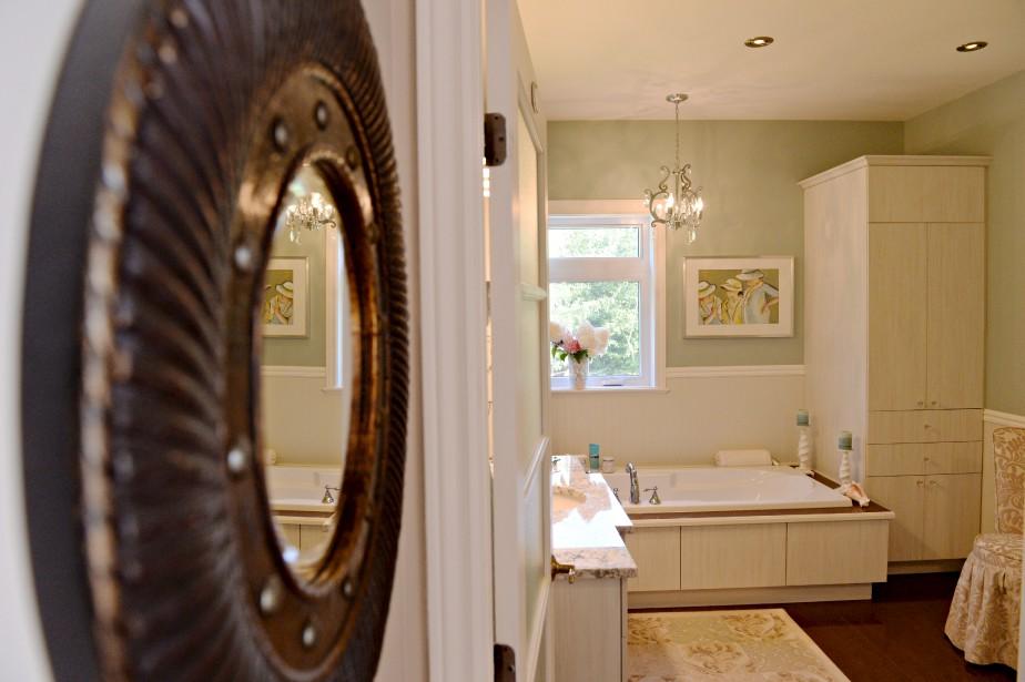 La salle de bain des invités est peinte d'un vert tirant sur le gris. (Le Soleil, Pascal Ratthé)