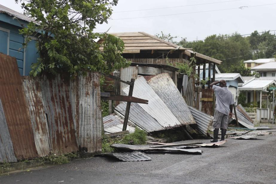Un homme observe les dégâts qu'a subie sa... (PHOTO AP)