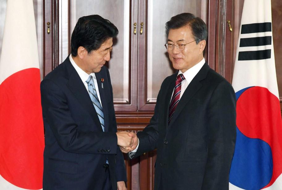 Le Premier ministre japonais Shinzo Abe (gauche) et... (AP)