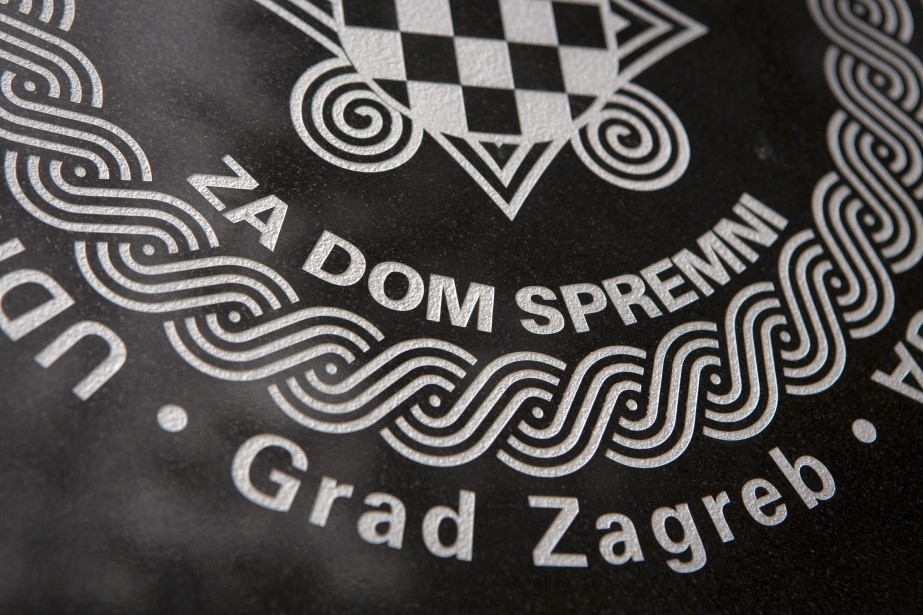 La plaque est marquée du salut «Za dom... (PHOTO AP)