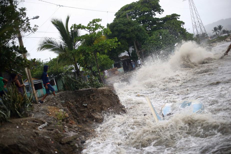 Les vagues étaient féroces jeudi à Puerto Plata, en République Dominicaine. (REUTERS)