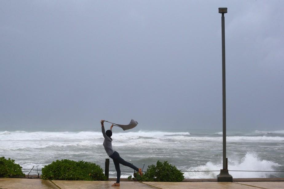 Une femme profite des vents forts d'Irma pour... (PHOTO REUTERS)