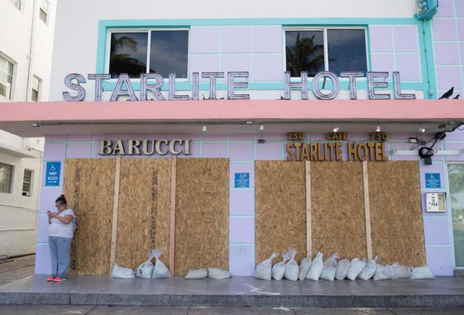 De nombreux commerces de Miami ont placardé leurs... (PHOTO SAUL LOEB, AGENCE FRANCE-PRESSE)