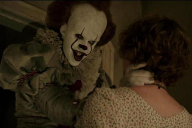 Bill Skarsgård et Sophia Lillis dans It (2017)... (Photo fournie apr Warner Bros.)