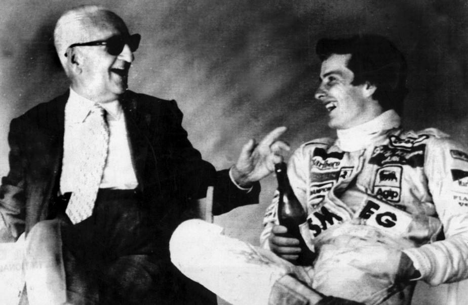 Enzo Ferrari et le pilote Gilles Villeneuve après une séance d'entraînement sur la piste d'Imola en Italie en 1980 | 8 septembre 2017