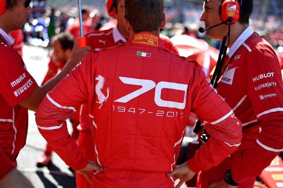 Ferrari a 70 ans. Le pilote de F1 Sebastian Vettel arbore un 70 stylisé au dos de sa tenue de course avant le Grand Prix d'Italie à Monza le 3 septembre. (AFP)