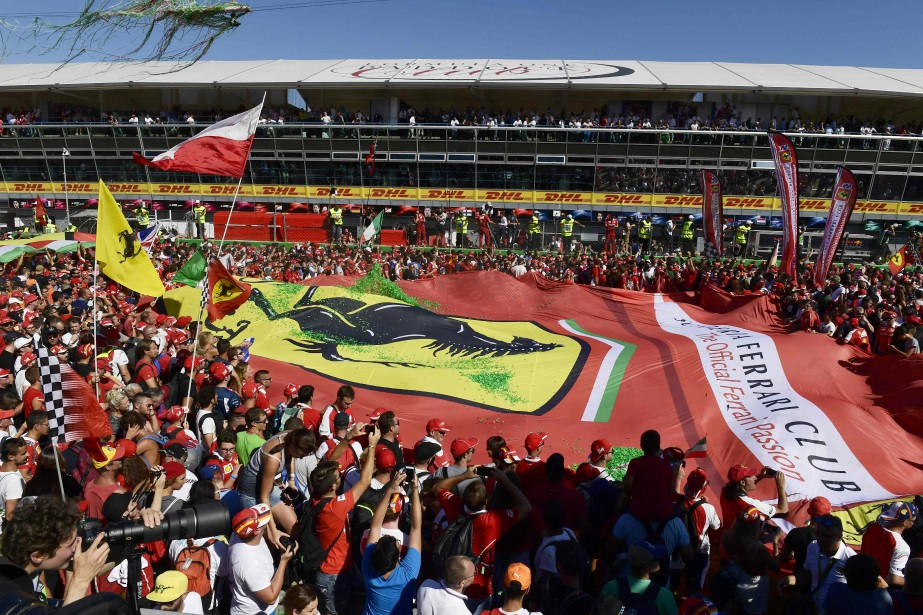 Les  tifosi,  les fans de la Scuderia Ferrari, sont parmi les partisans les plus fidèles et enthousiastes de la course automobile. Ci-haut, un groupe de fans déploient une bannière Ferrari géante lors du Grand Prix d'Italie à l' Autodromo Nazionale  de  Monza le 3 septembre dernier. | 8 septembre 2017