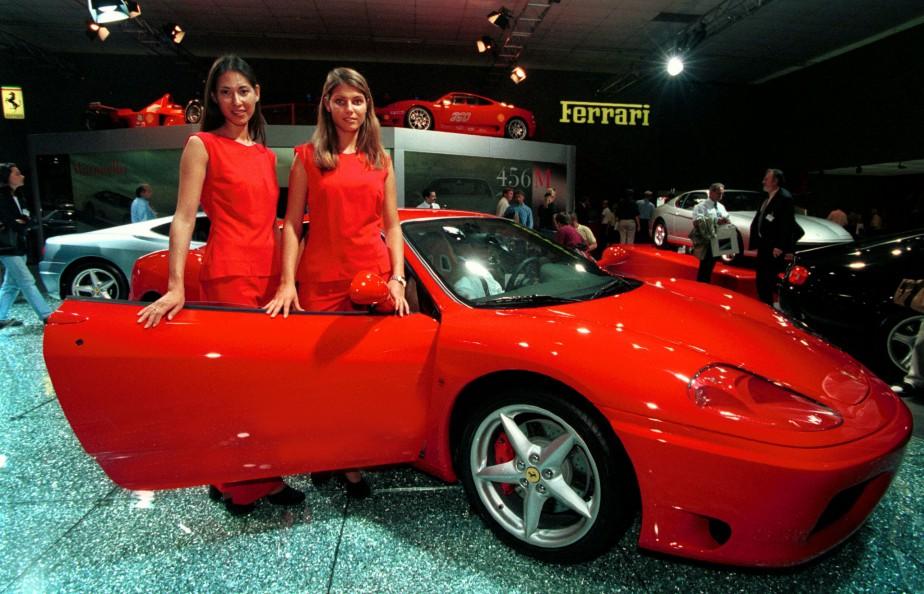 Deux hôtesses posent à côté d'une Ferrari 360 Modena lors du Salon de l'auto Francfort de 1999. | 8 septembre 2017