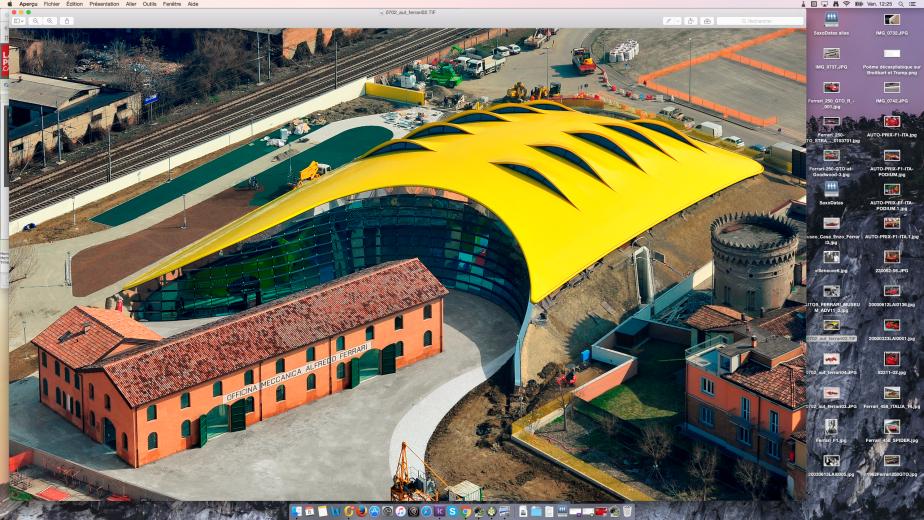 Vue aérienne du <em>Museo Casa Enzo Ferrari</em>. La maison natale et les ateliers d'Alfredo Ferrari au premier plan «enveloppés» par le hall d'exposition avec son unique toit jaune en forme de capot de voiture sport. (Musée Ferrari)