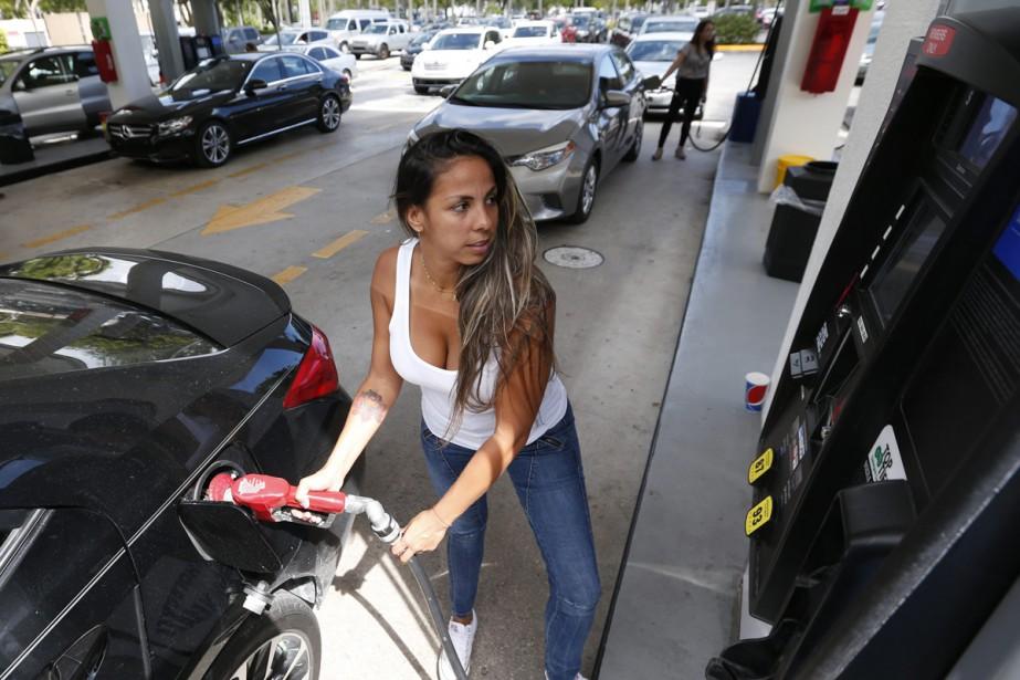 Une automobiliste met de l'essence à Miami en... (PHOTO AP)
