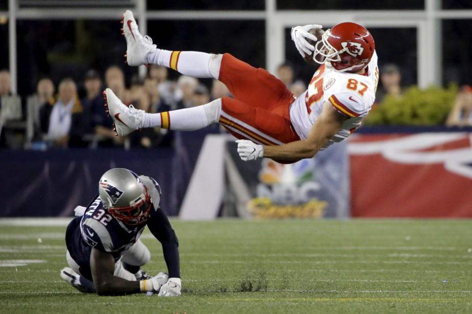 Le maraudeur des Patriots de la Nouvelle-Angleterre Devin McCourty (à gauche) renverse l'ailier rapproché des Chiefs de Kansas City Travis Kelce (à droite), lors du premier match de football de la saison régulière dans la NFL.  | 8 septembre 2017