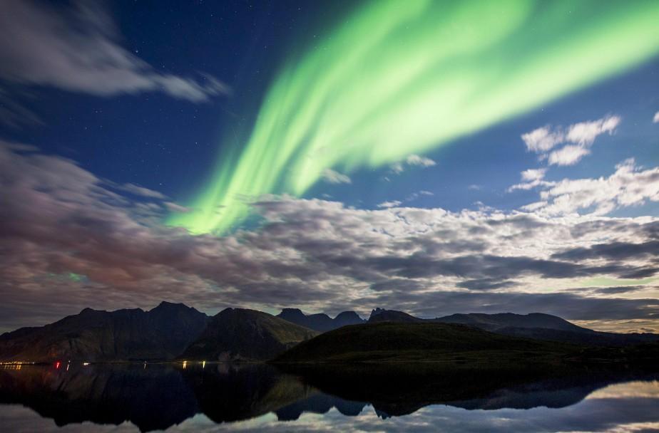 Une aurore boréale illumine le ciel de Torsfjorden, sur les îles Lofoten, dans le cercle arctique. | 8 septembre 2017