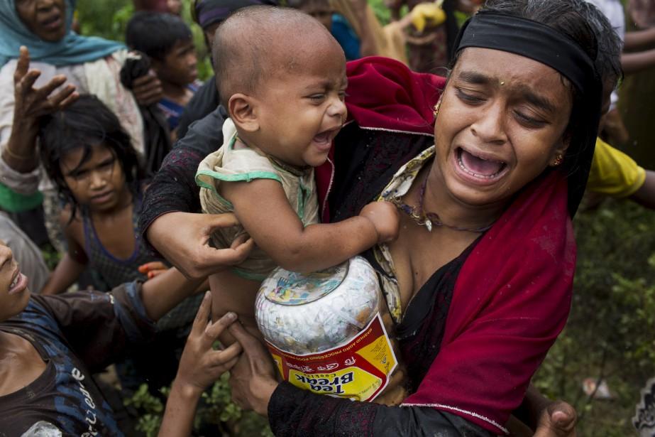 Les nombreux réfugiés rohingyas tentent d'obtenir de la... (AP, Bernat Armangue)
