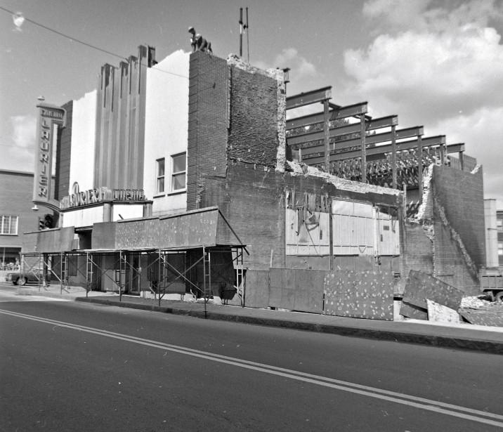 Cette photo montre la démolition du théâtre Laurier, en 1974,...   2017-09-09 00:00:00.000