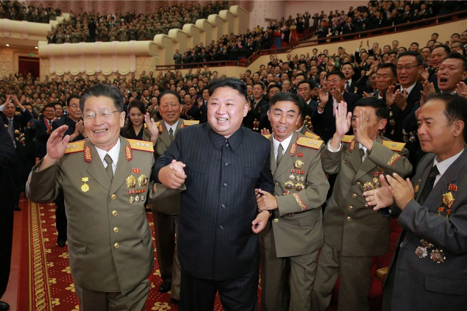 Kim Jong-un (en noir au centre).... (PHOTO AGENCE FRANCE-PRESSE)