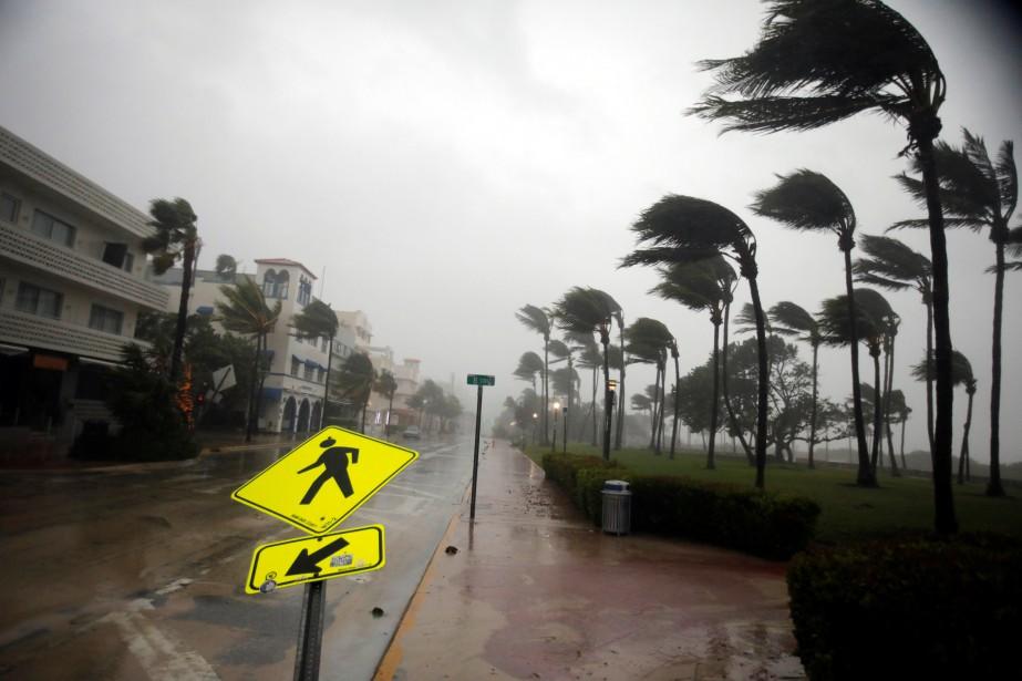 Un paneau routier a été endommagé sur Ocean Drive, à South Beach. (REUTERS)