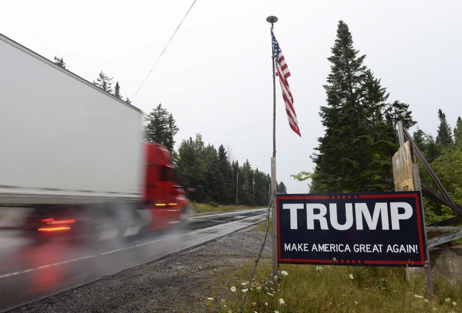 Lors d'une récente escapade dans le Maine, Jean-Marie Villeneuve a remarqué cette affiche pro-Trump. De façon symbolique, le passage d'un camion en direction des États-Unis lui a fait penser à l'ALENA que le controversé président menace de révoquer. Un camion chargé de bois, attendu en vain sous la pluie, aurait de la même façon permis d'illustrer la crise du bois d'oeuvre... Données techniques: Nikon D4. Focale 24mm, ISO 1000, ouverture f7.1, vitesse 1/25e seconde | 10 septembre 2017