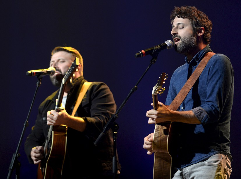 Louis-Jean Cormier (à droite) a fait une belle version de Tout le monde en même temps , défendue à deux guitares. | 10 septembre 2017