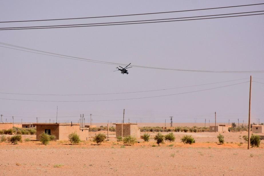 Un hélicoptère survole les abords de la ville... (AFP)