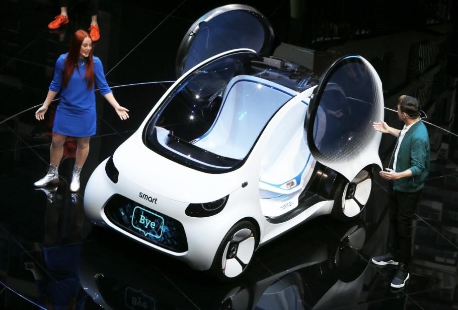 Des acteurs participent à la présentation d'une Smart Vision EQ fortwo durant un évènement chez Mercedes-Benz. (AP)