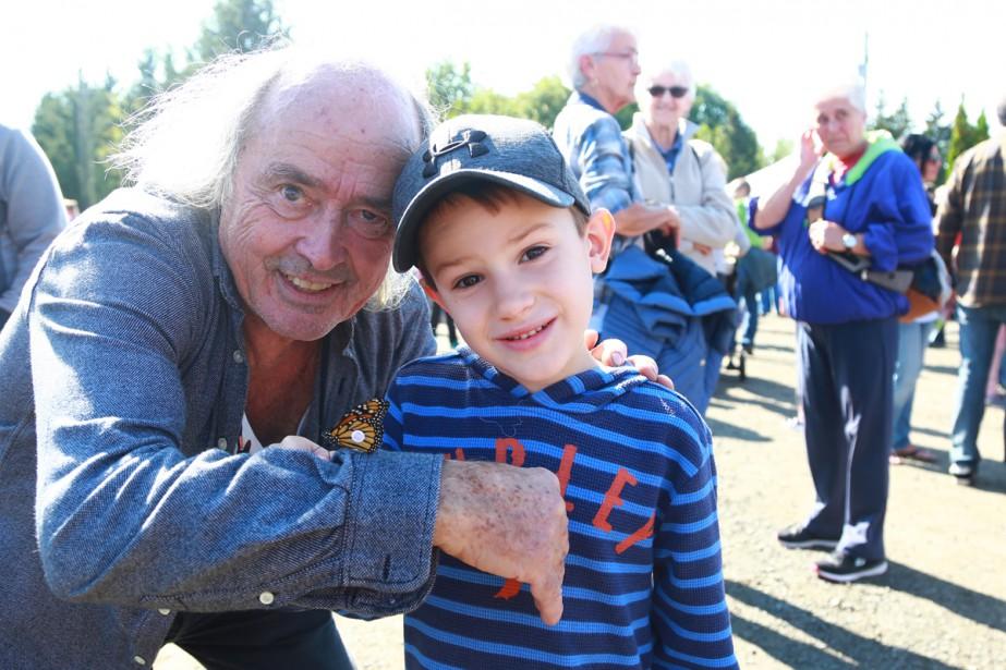 Le jeune Jérémie a pris la pose en compagnie du célèbre entomologiste Georges Brossard, lors de la traditionnelle envolée du Festival du monarque de Granby. | 11 septembre 2017