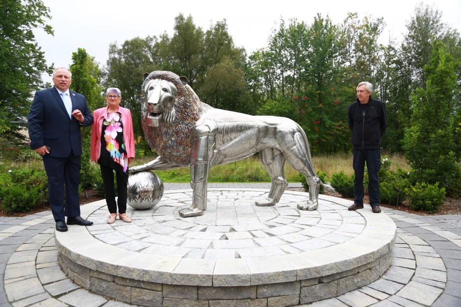 Le maire Pascal Russell (à gauche), la conseillère Denise Lauzière et le sculpteur Joseph Bergot ont dévoilé Le Gardien , nouvelle oeuvre emblématique de Waterloo. | 11 septembre 2017