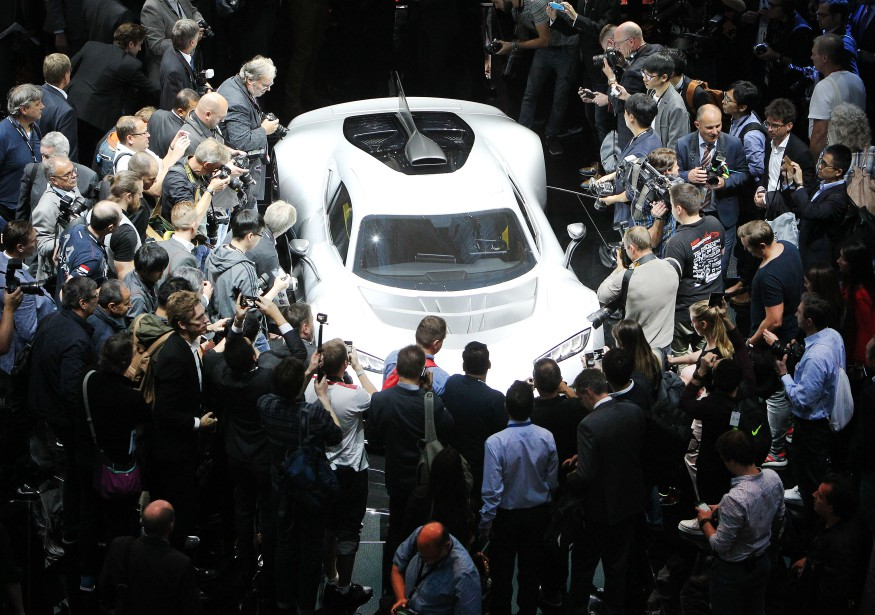 Des journalistes entourent la Mercedes AMG Project One présentée à... | 2017-09-12 00:00:00.000
