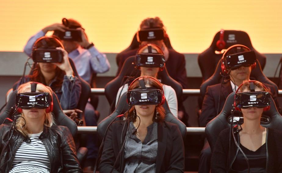 <strong>Drôle de look -</strong> Des visiteurs portent des lunettes de réalité virtuelle lors d'une présentation au stand de Seat, la filiale espagnole de Volkswagen. (AP)