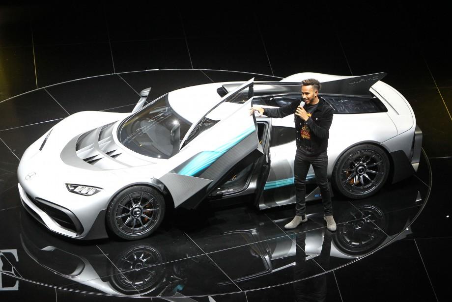 <strong>Glamour et voiture exotique - </strong>Le pilote de F1 Lewis Hamilton était à nouveau de service hier pour présenter la Mercedes AMG Project One, comme il l'avait fait la veille lors d'une événement chez Mercedes. Le petit V6 d'à peine 1,6 litre et à un seul turbo dégage plus de 1000 chevaux et peut encaisser 11 000 trs/mn. Quatre moteurs électriques appuient le V6 : un pour le turbo, un qui est intégré au moteur thermique, et un par roue avant. (AFP)