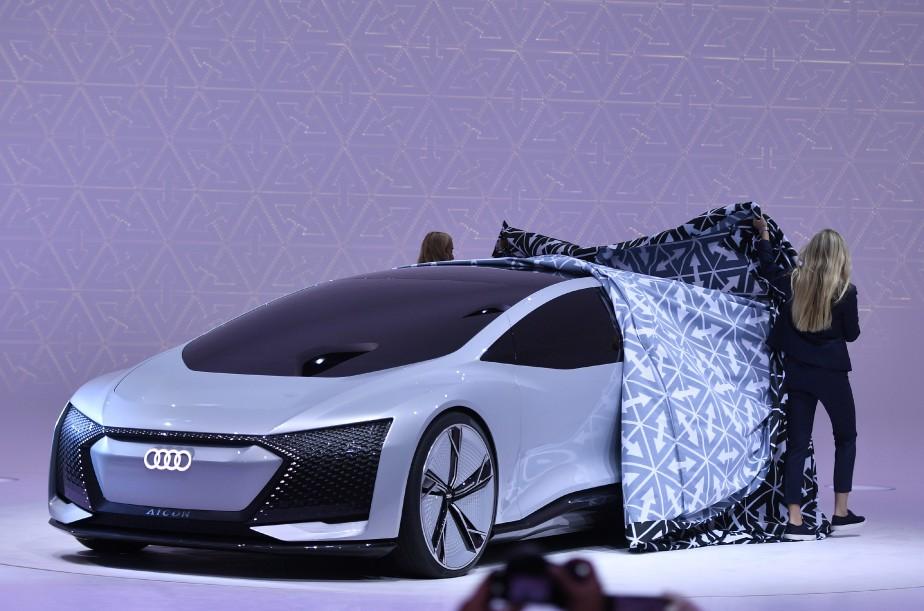 <strong>Grand (et long) luxe -</strong> le prototype Audi Aicon mesure près 5,4 mètres de long et 2,1 mètres de large. L'empattement fait 3,47 mètres (24 cm de plus que celui de l'Audi A8 version allongée). Tant qu'à faire dans l'excès, cette voiture de luxe autonome a des jantes de 26 pouces. (AP)