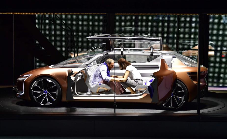 <strong>On fait semblant -</strong> Deux acteurs occupent le Symbioz en configuration «pièce à vivre». Ce prototype de Renault est conçu pour se brancher à une maison connectée. (AFP)