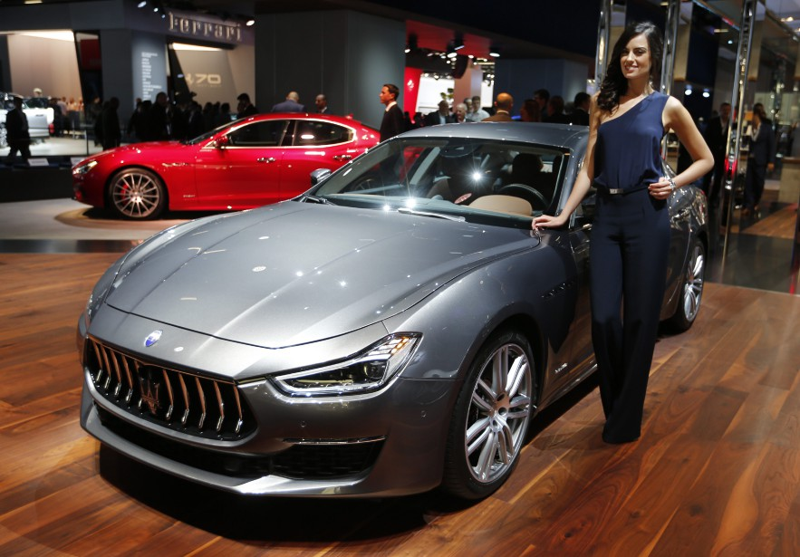 <strong>Beau look -</strong> une Maserati Ghibli Granlusso pose à côté d'une hôtesse. (AP)