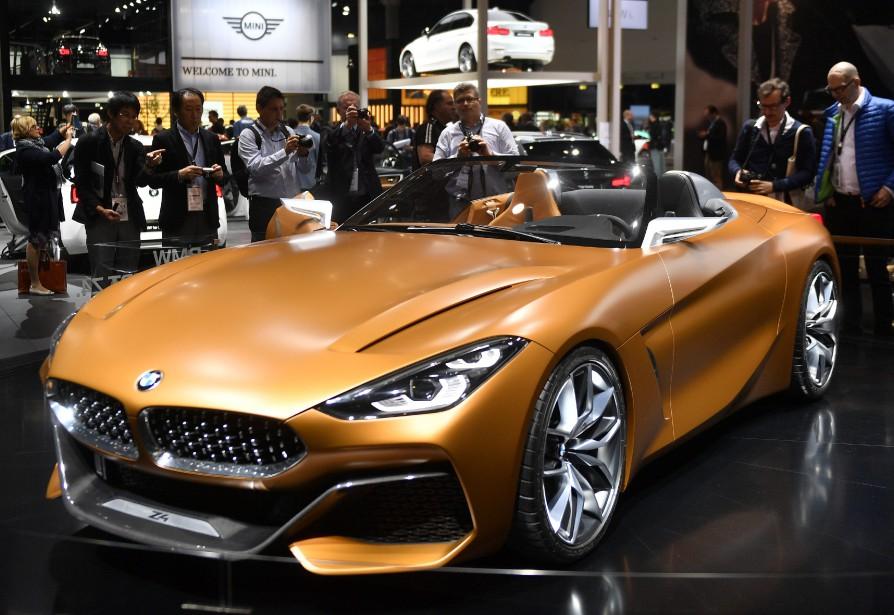 L'attrait de la décapotable -  Des journalistes examinent le prototype BMW Z4 Concept. | 12 septembre 2017
