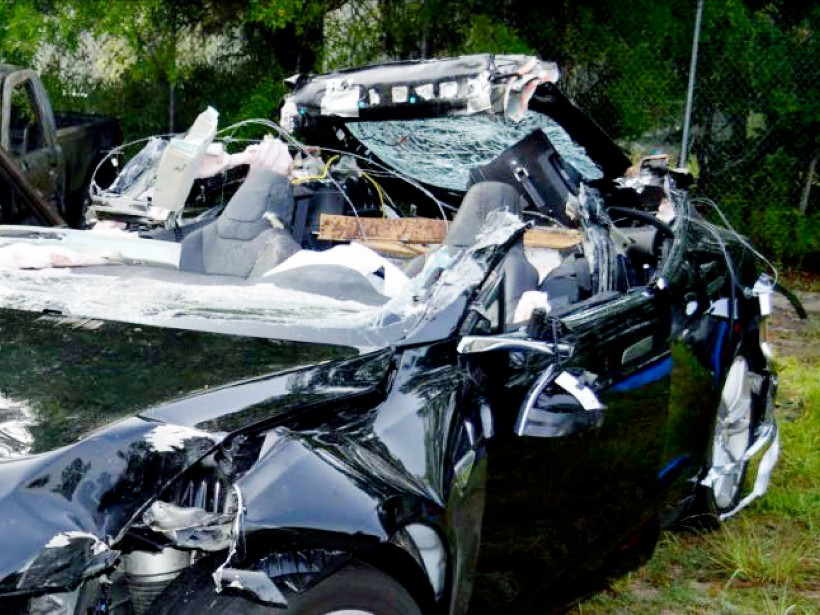 Cette photo prise par la police des autoroutes de Floride montre le toit complètement arraché du Modèle S après qu'il soit passé sous la remorque d'un camion de transport de classe 8. | 12 septembre 2017