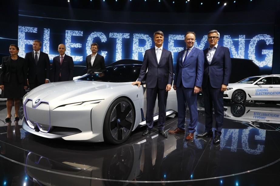 Le mot d'ordre de BMW est clair : électrifier.Le PDSGHarald Krüeger (3<sup>e</sup>à partir de la droite) et d'autres membres de la direction de BMW étaient présents sur scène pour le dévoilement du prototype tout électrique i Vision Dynamics. Cette voiture-concept préfigure sans doute une prochaine i5. (Photo : REUTERS)