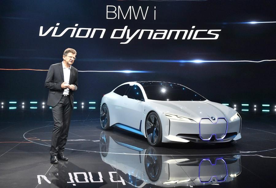 La BMW i Vision Dynamics a été présentée par l'ingénieur mécanicien Klaus Froehlich, responsable du développement des produits au conseil de direction de BMW. (AP)