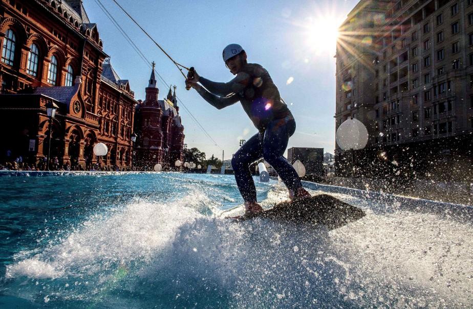 Un planchiste offre une performance de wakeboard dans une piscine installée en plein Moscou, en Russie, dans le cadre des festivités pour le 870e anniversaire de la capitale russe. | 12 septembre 2017