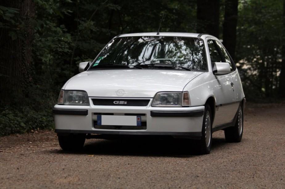 <strong>LA VOITURE QUI A MARQUÉ SON ENFANCE -</strong>En France, un de ses oncles avait une Opel Kadett blanche 1986, il l'avait appelée Choupette. Des années plus tard, en visite dans sa famille, il était présent lors du décès de Choupette. (Photo : Wikipédia)
