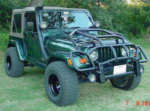<strong>LA VOITURE DE SES RÊVES -</strong>Une Jeep Wrangler «montée comme un tank, avec tout le kit, la cheminée pour passer dans l'eau, un treuil, une pelle, des vitres blindées, tout! S'il y a une attaque de zombies, je sors du driveway et je survis.» Cette trouvaille, vue sur eBay, devrait faire l'affaire. (Photo : eBay)