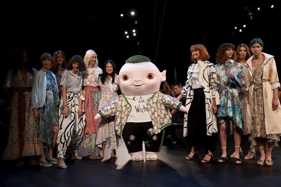 La designer Vivienne Tam et la mascotte Wuba | 13 septembre 2017