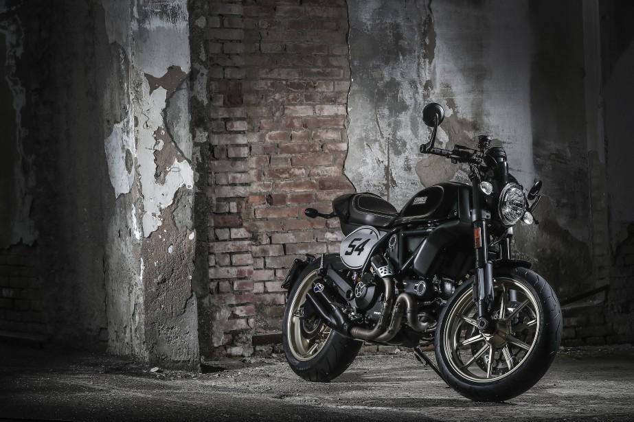 La Ducati Café Racer, mince, légère et plutôt basse, peut très bien être envisagée comme première moto. Mais les motocyclistes expérimentés et exigeants apprécieront le plaisir de pilotage simple qu'elle offre et l'absence du tas d'assistances électroniques qui devient de plus en plus commun. Et il y a e facteur cool associé à la mode des café racers... (Photo : Ducati)