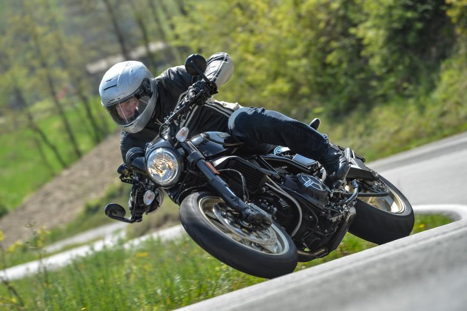 Notre essayeur Bertrand Gahel sur la Ducati Scrambler Café Racer, à quelques dizaines de kilomètres de l'usine Ducati de Bologne, en Italie. (Photo : Milgaro)