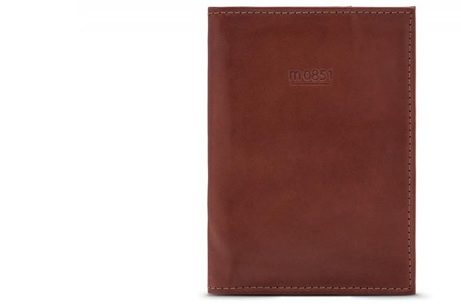En cuir: Ce porte-passeport minimaliste à pochettes de la boutique... | 2017-09-15 00:00:00.000